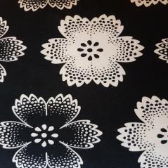 Malha Flores Brancas e Pretas Fundo Negro 02.3716