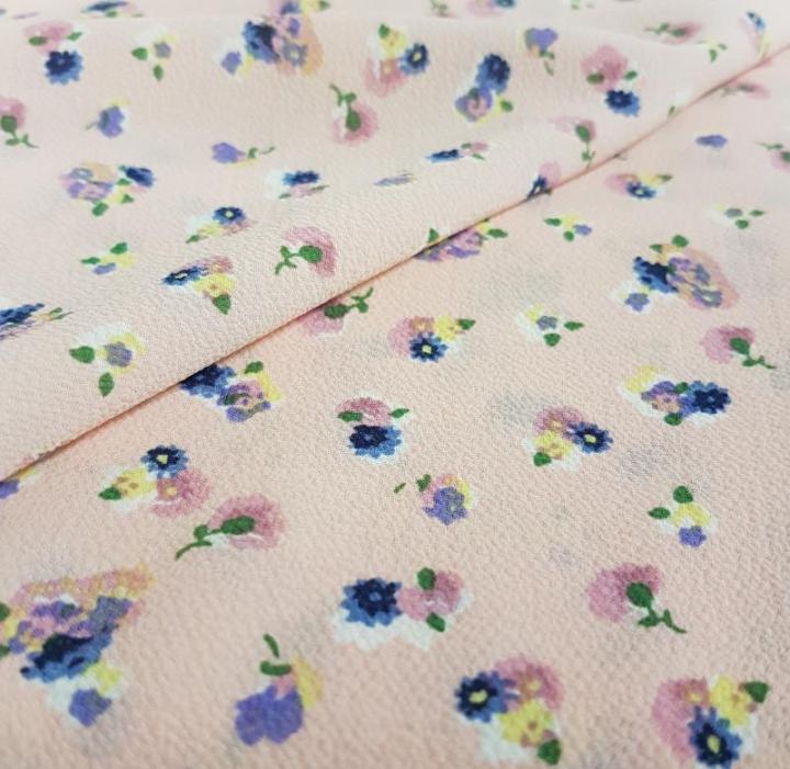 Tecido Crepe - Flores em fundo rosa claro